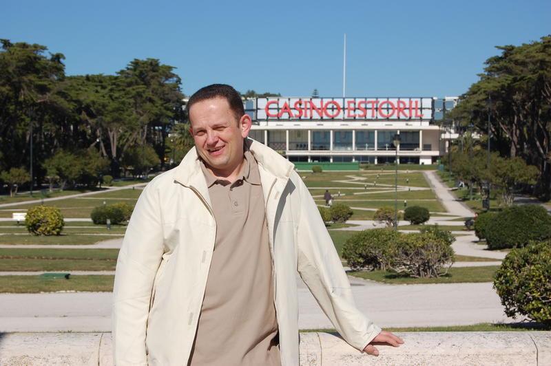 Stefan Hachmeister vorm Casino Estoril.jpg